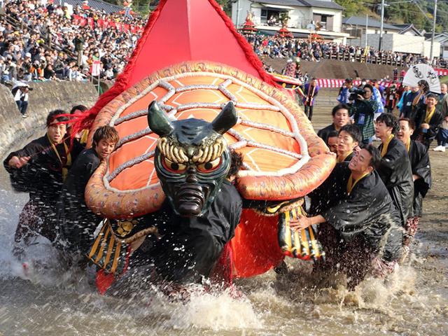 八代妙見祭(宮地町砥崎の河原で行われる亀蛇の演舞)
