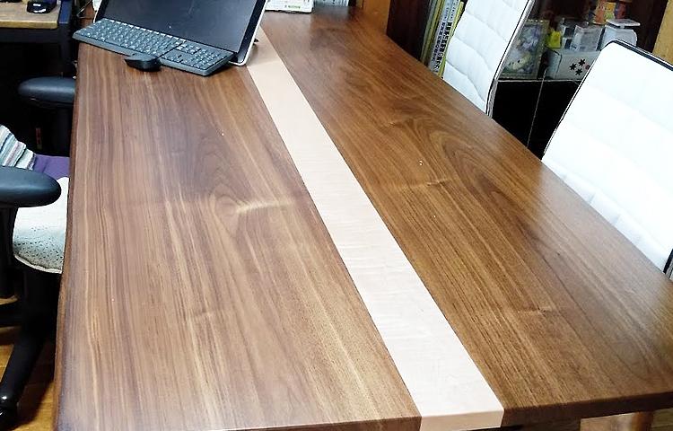 ウォルナット材のデスクテーブル